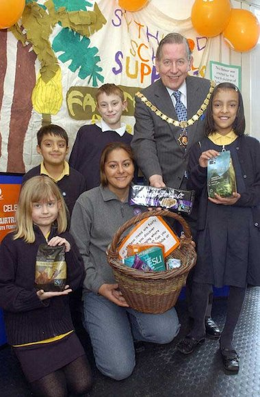 Fatima Lopez, a coffee taster from Nicaragua who works for cafedirect visiting children at Sythwood to talk about Fairtrade