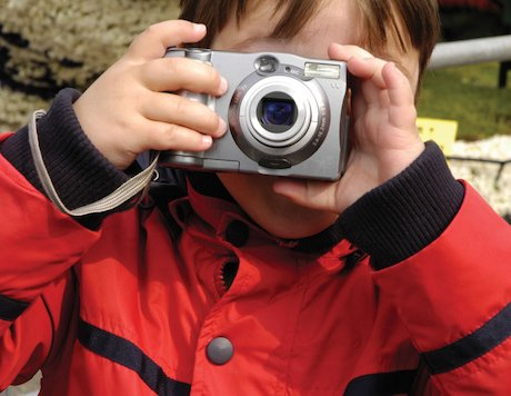 Child with camera © Slwwe/www.istockphoto.com